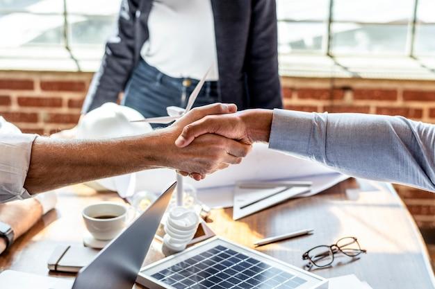 Gli uomini d'affari salutano stringendosi la mano