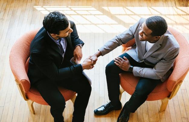 Gli uomini d'affari salutano agitando le mani