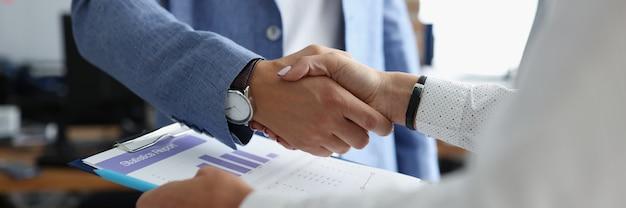 Stretta di mano di uomini d'affari quando si incontrano in ufficio