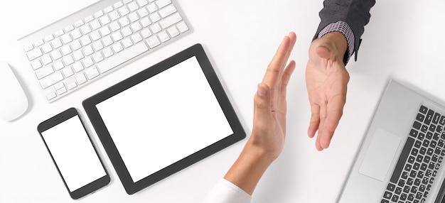 Stretta di mano della gente di affari, vista dall'alto ravvicinata di mani maschili e femminili tremanti