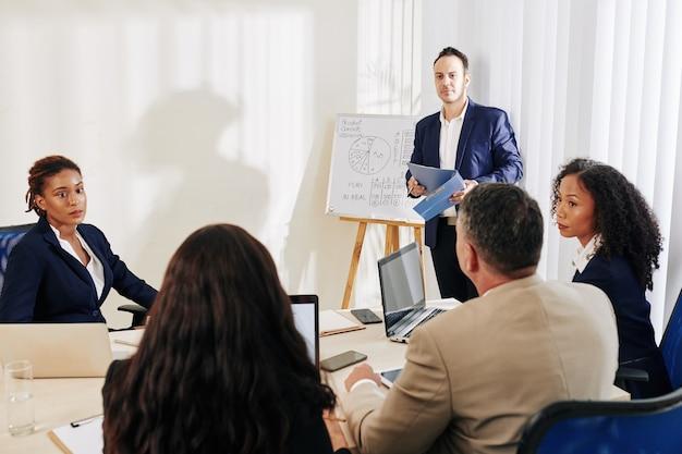 Gente di affari che ha sessione di brainstorming