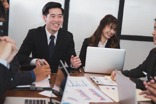 Uomini d'affari che hanno una riunione