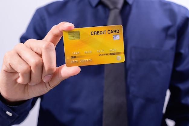 La gente di affari tiene le carte di credito