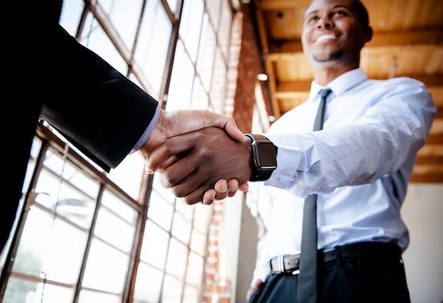 Uomini d'affari che fanno un accordo