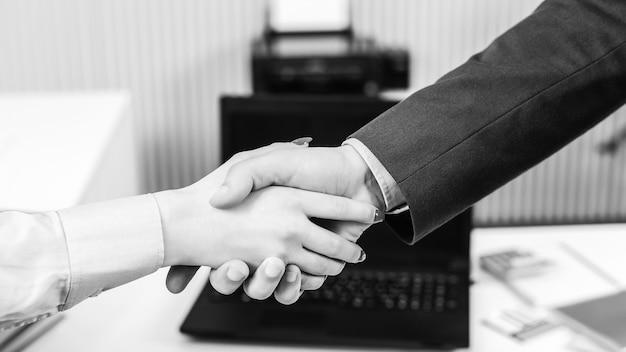 Gente di affari che fa stretta di mano. etichetta aziendale, congratulazioni, concetti di fusione e acquisizione.