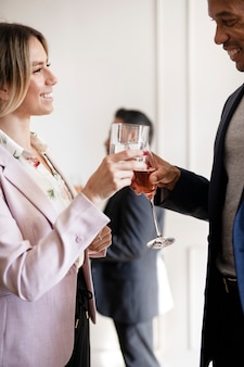 Uomini d'affari che fanno un brindisi a una festa in ufficio
