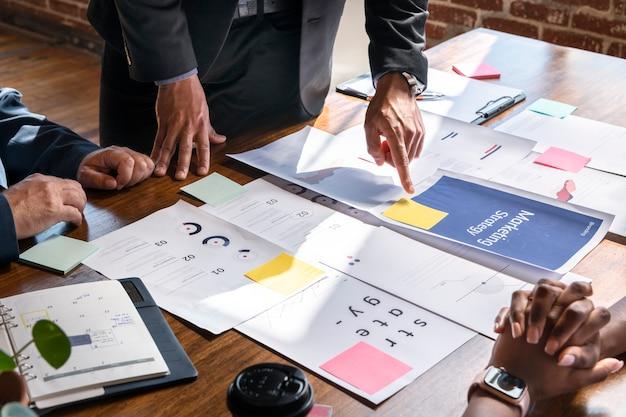 Gente di affari nella riunione di strategia di marketing