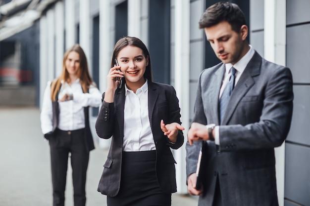 Concetto aziendale di riunioni di persone d'affari - team di giovani uomini d'affari di successo motivati sono alla riunione d'affari!