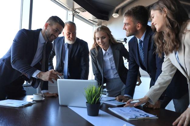 Gente di affari che incontra il concetto corporativo di discussione di conferenza