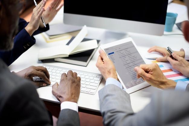 Gente di affari che incontra concetto del email di comunicazione del collegamento
