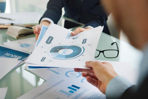 Gente di affari che incontra concetto di pianificazione di analisi dei dati