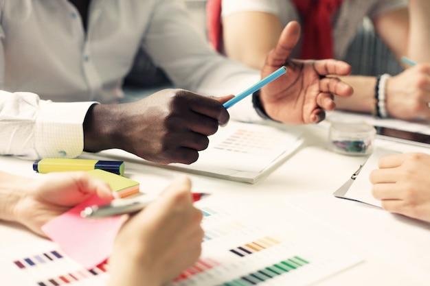 Gente di affari che incontra il concetto di idee di design.