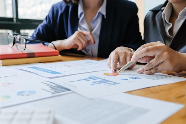 Uomini d'affari riuniti per discutere della situazione sul mercato. concetto finanziario di affari