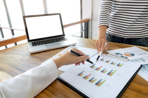 Business meeting meeting meeting discutendo le prestazioni di vendita presso l'ufficio moderno