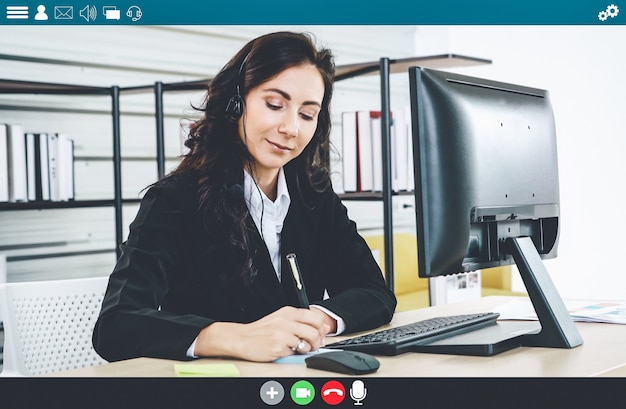 Uomini d'affari che si incontrano nell'app di videoconferenza sulla visualizzazione del monitor del laptop