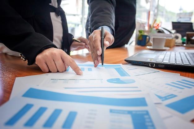 Incontro persone d'affari lavorando con il nuovo progetto di avvio. presentazione dell'idea, analisi del piano