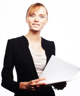 Concetto di affari, persone e ufficio: giovane donna d'affari con carta bianca, lettura e scrittura