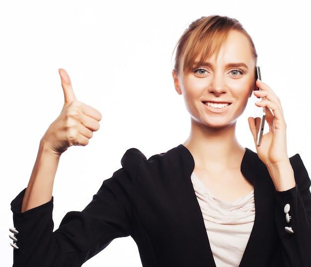 Business, persone e concetto di ufficio: giovane donna d'affari con il telefono cellulare. emozione positiva.isolato su bianco.