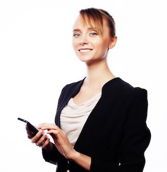 Concetto di affari, persone e ufficio. giovane donna d'affari con il telefono cellulare.