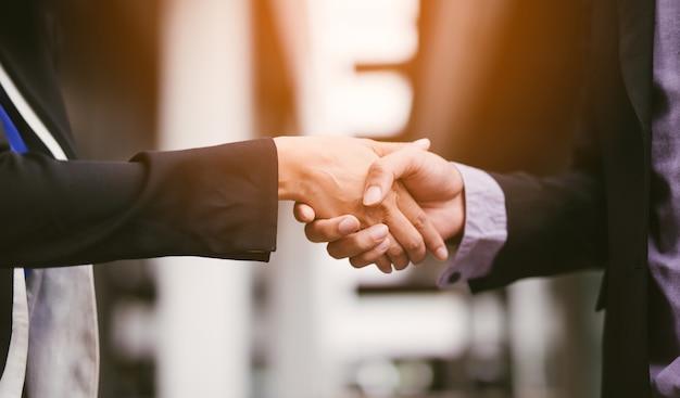 Concetto della stretta di mano di associazione della gente di affari
