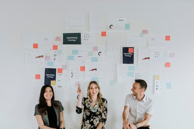 Uomini d'affari che pianificano una strategia di marketing