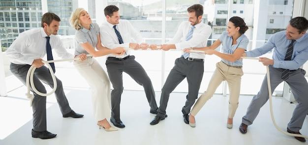 Gente di affari che gioca conflitto in ufficio