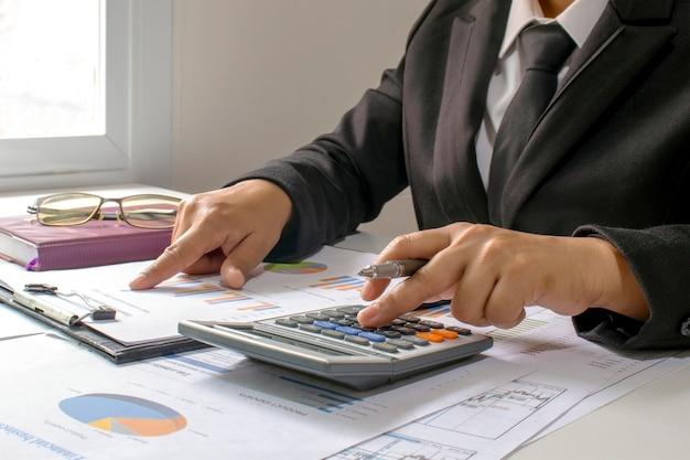 Gente di affari che esamina rapporti, documenti finanziari per l'analisi delle informazioni finanziarie, concetto di lavoro.