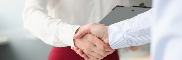 Gli uomini d'affari si stringono la mano in accordi commerciali di stretta di mano e firma di contratti