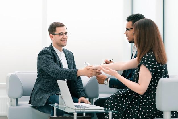 La gente di affari si stringono la mano dopo una riunione di lavoro. concetto di cooperazione
