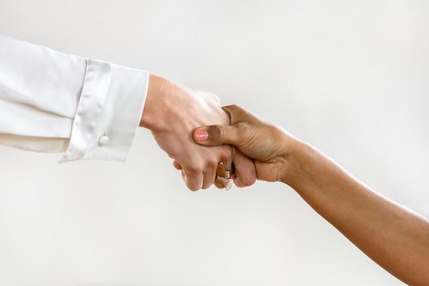 Uomini d'affari che si stringono la mano in accordo