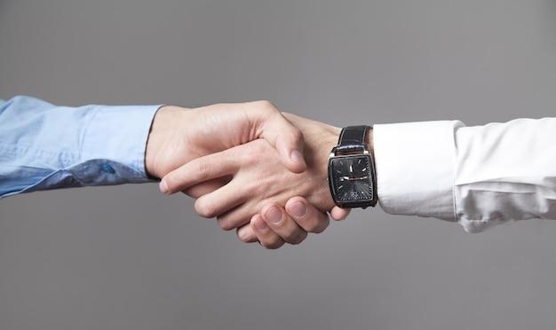 Uomini d'affari si stringono la mano collaborazione commerciale