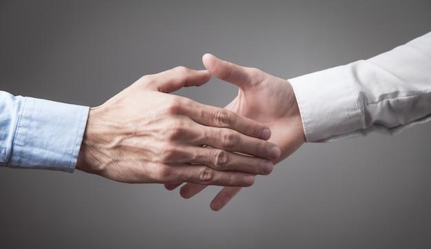 La gente di affari si stringono la mano. collaborazione d'affari