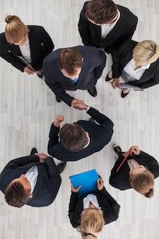 Uomini d'affari che si stringono la mano, concetto di cooperazione, vista dall'alto