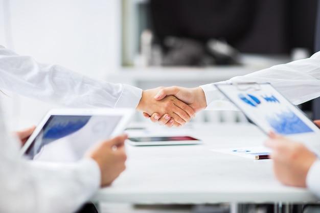 La gente di affari si stringono la mano per terminare una riunione