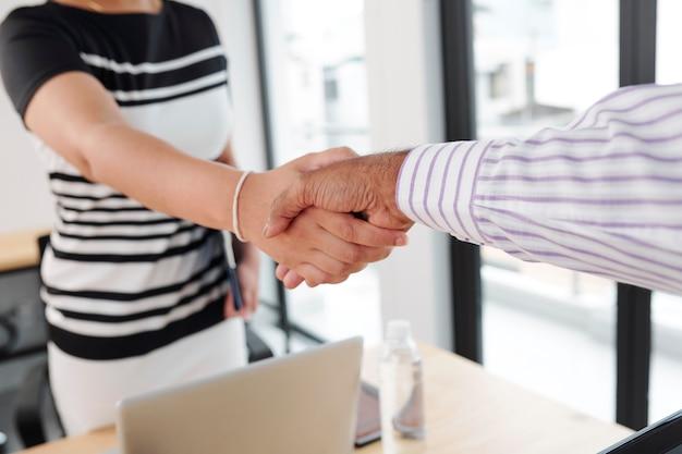 La gente di affari si stringono la mano in ufficio