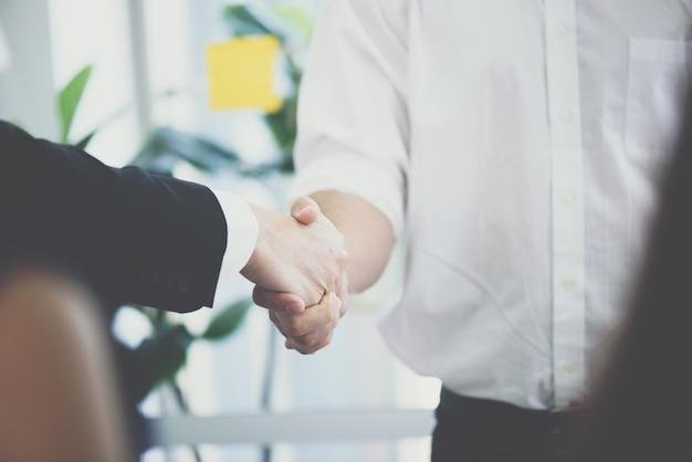 Gli uomini d'affari si stringono la mano,