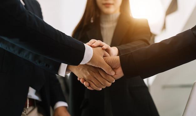 La gente di affari si stringono la mano