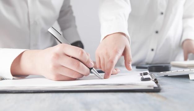 La gente di affari che firma il contratto. concetto di affari