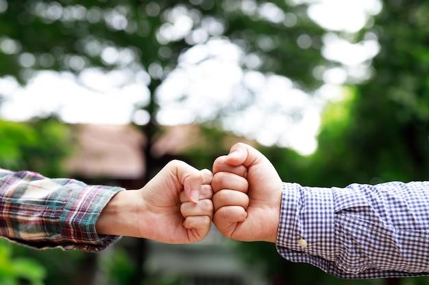 Uomini d'affari che spaziano la loro distanza sociale