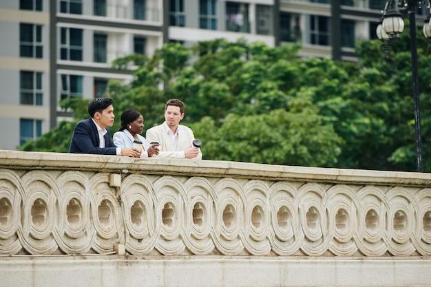 Gente di affari che spende pausa sul ponte