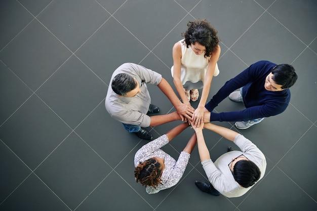 Gente di affari che impila le mani