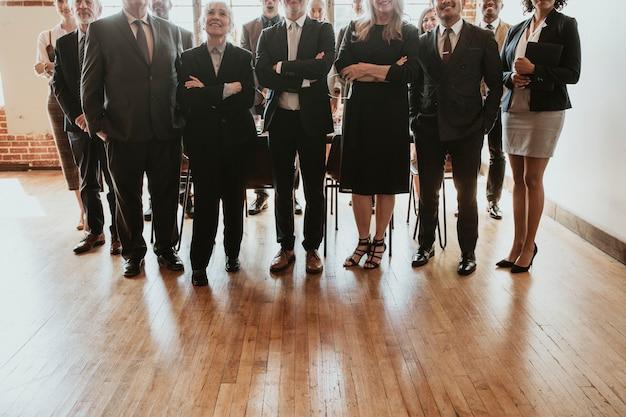 Uomini d'affari in piedi come una squadra perfetta