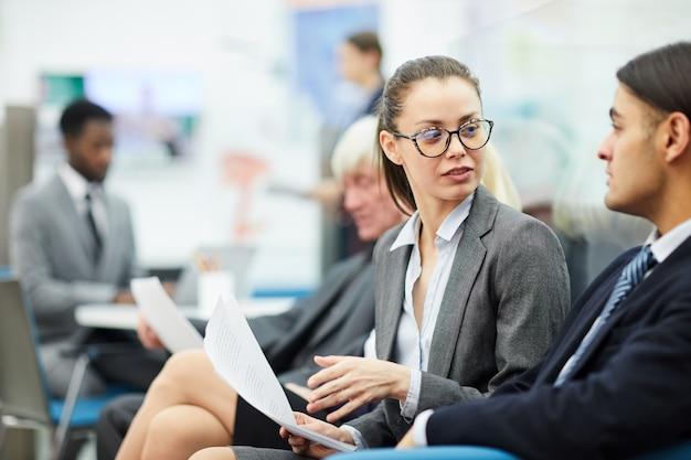 Gente di affari che parla nell'ufficio