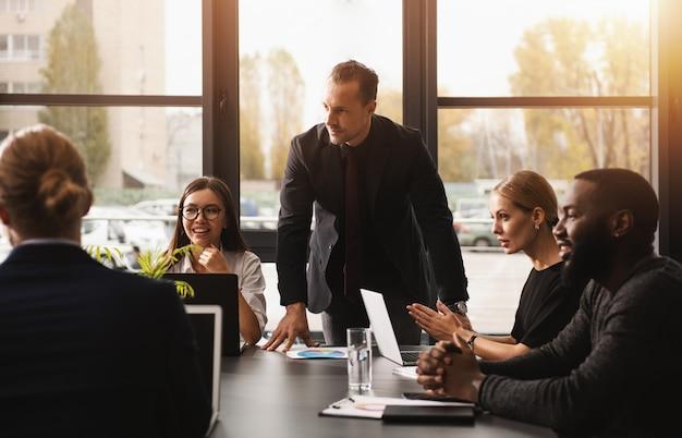 Uomini d'affari che lavorano insieme in ufficio. concetto di lavoro di squadra e collaborazione