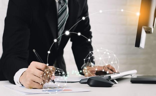 Gli uomini d'affari usano la tecnologia di rete per lavorare sui computer.