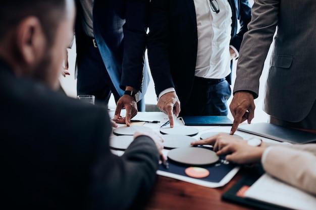 Gente di affari che usa carta rotonda vuota per il brainstorming