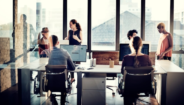 Gente di affari che utilizza il concetto di lavoro del computer