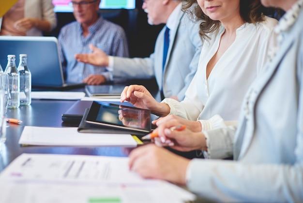Uomini d'affari che utilizzano tablet digitale in riunione in