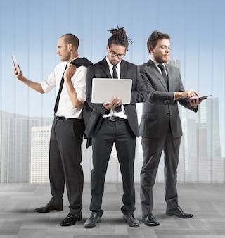 Uomini d'affari molto impegnati in un'azienda