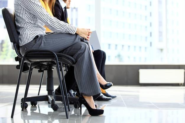 Uomini d'affari in attesa di colloquio di lavoro in ufficio